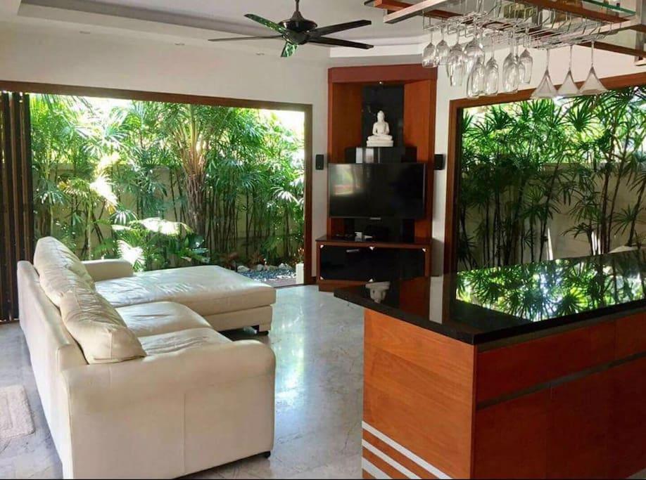 客厅一角,置身于大自然中。