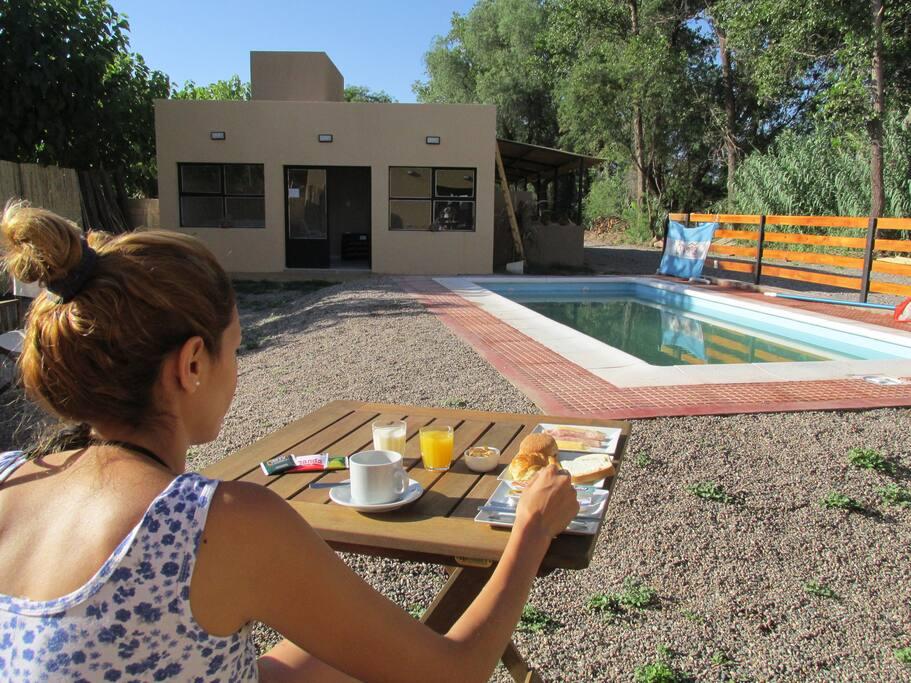 Desayunos en el solarium/parque y piscina !!