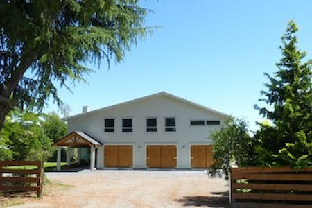 Big Barn Accommodation - Upper Moutere