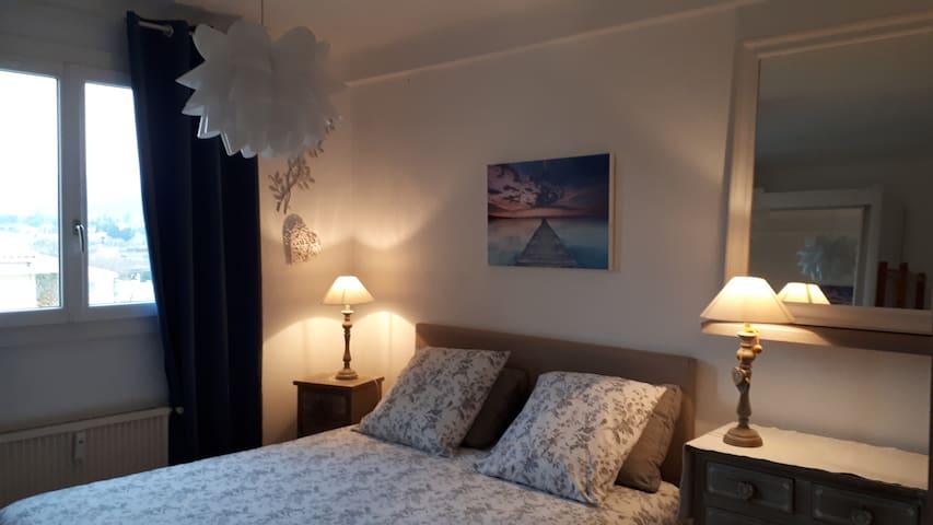 Literie récente  ---160 x 200 - les draps, taies d'oreillers  et couvertures sont à disposition.  ils sont renouvelés à chaque nouvelle entrée.  La literie dispose de protection pour oreillers et matelas.
