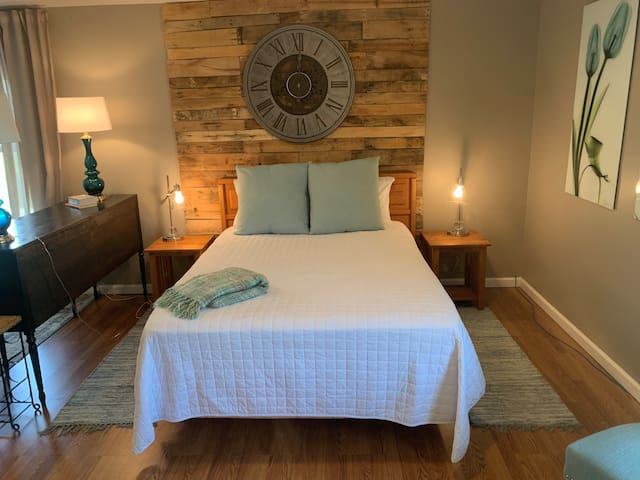 Studio features two Queen Beds with luxurious 1500 threat count, Comphy Co. Linens