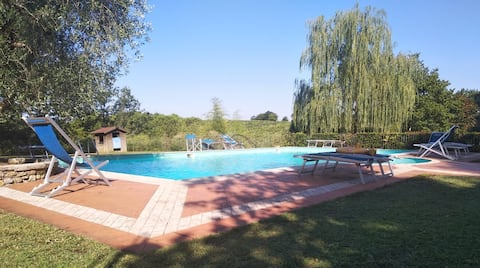 Fra Firenze e Siena un appartamento con piscina