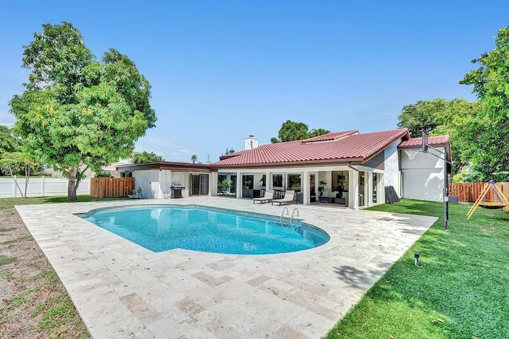 Gorgeous Renovated 6 BR Home /w Private Pool & Golf Course View
