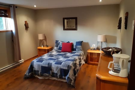 Spacious room and private living room in Mirabel.