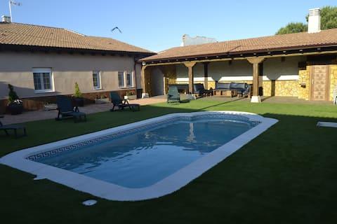 Casa Rural para 12 con piscina privada y barbacoa