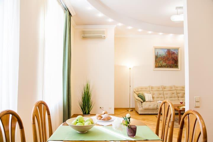 Большая и светлая квартира на Крещатике в Пассаже