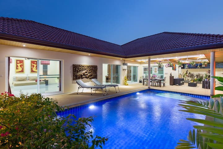 Ideal holiday pool villa in Naiharn, 3 bedrooms