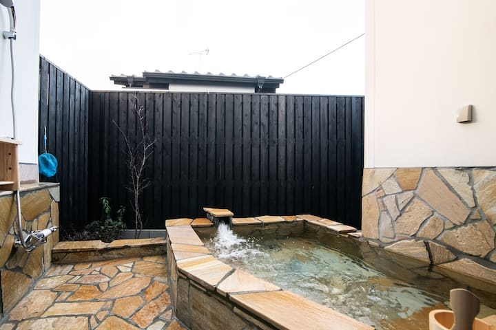 【Nagomi-ya】Mix with Japanese style room and western style room ★3 mins away from kinrin Lake★Outdoor Hot spring ★Same price up to 4 ppl★5 mins away from Yunotsubo street