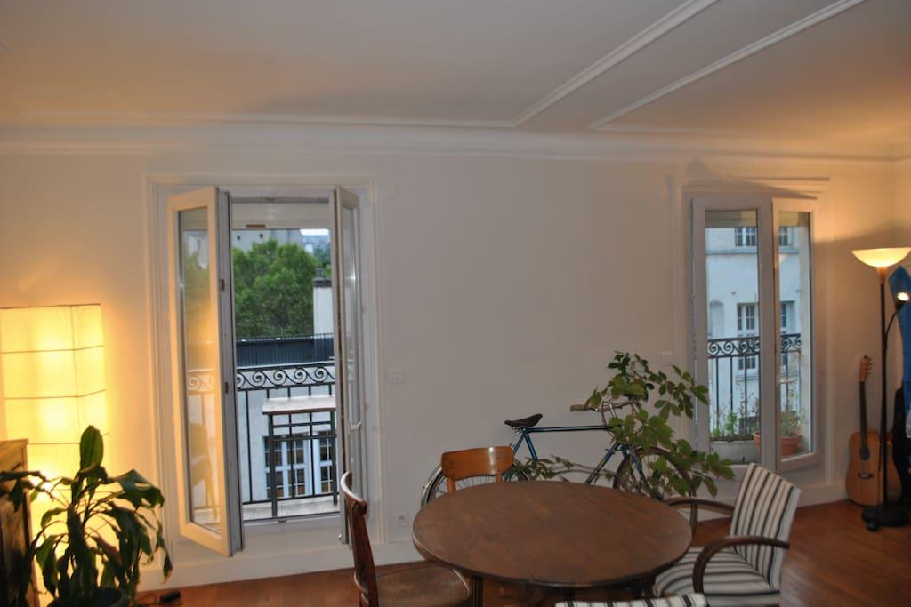 Salon exposé plein ouest, avec grand balcon traversant