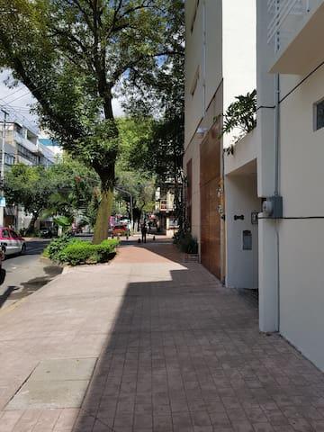 En esta bonita calle enfrente de Condesa
