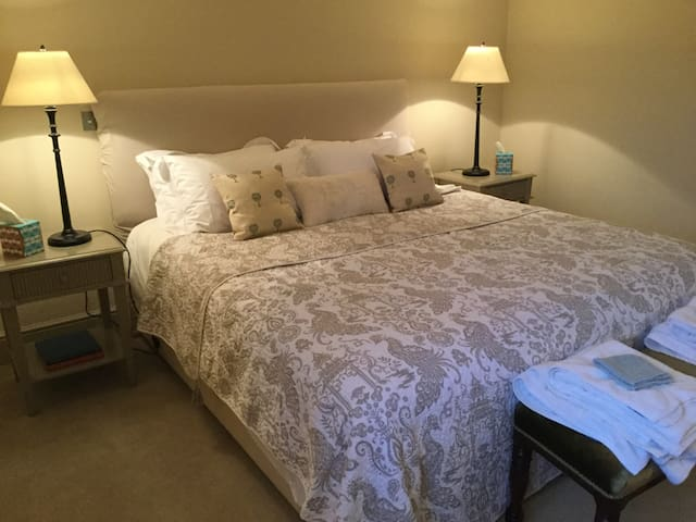 Superking Bedroom + Twin Bedroom Sleeps 1-4 Guests