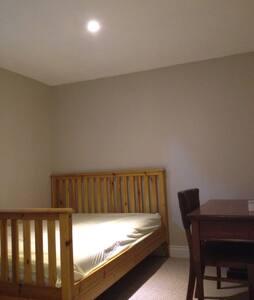 Clean, Quiet bedroom .Close to c-train station - Ház