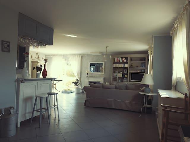 Petite chambre cosy dans grande maison partagée
