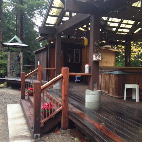Jacuzzi Cottage Cabin-sleeps 2 cozy2 NIGHT MINIMUM - Caspar