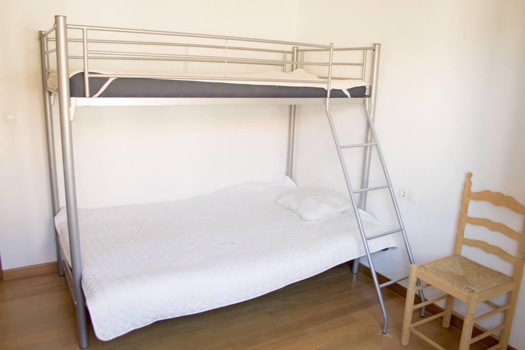 las camas tienen ropa de cama y almohadas