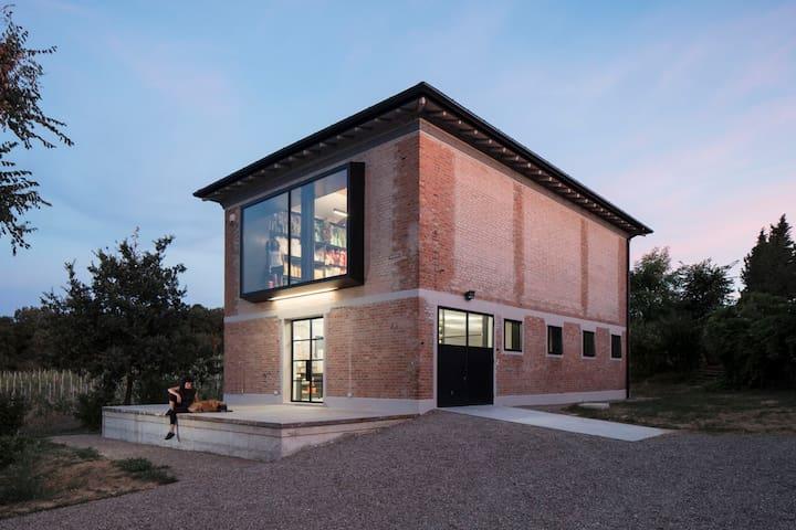 An old barn becomes an artist's studio, Bologna