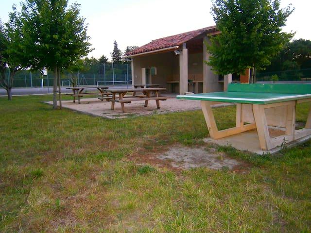 terrain de jeux et sports a 150 m