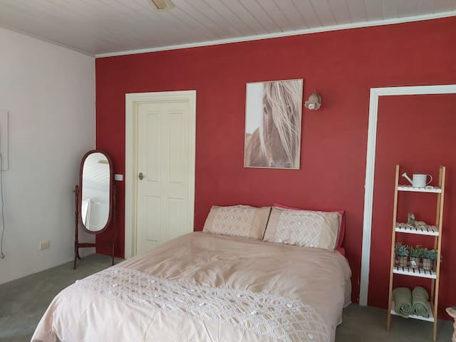 Jardine Lodge - 1 room & Breaky - Banjo's Bureau
