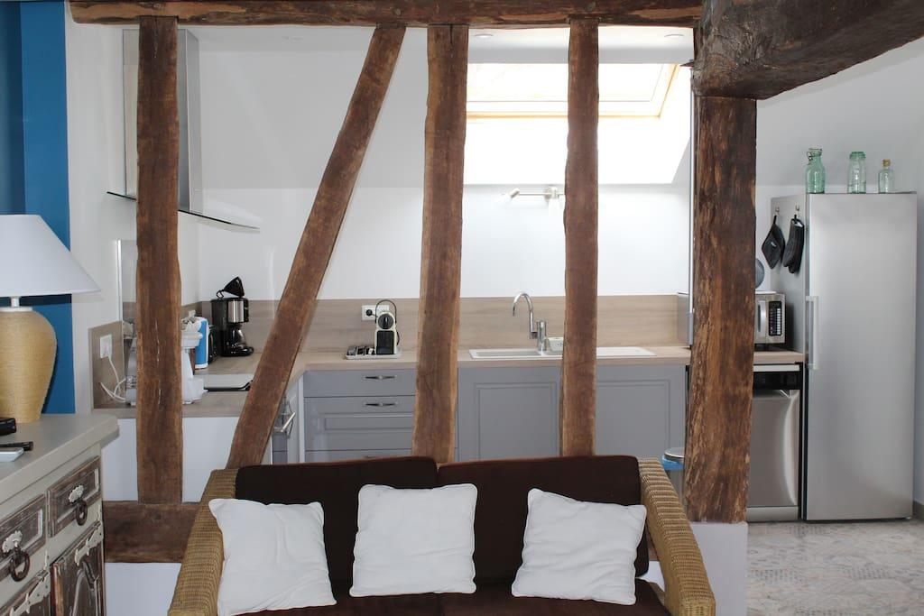 Le salon avec cuisine ouverte