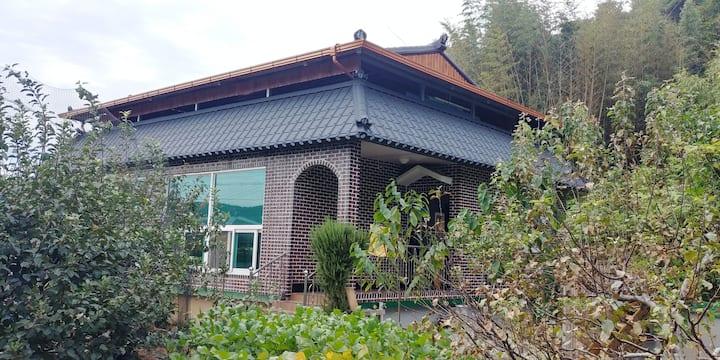 [한달살기] 남해, 하동의 사이에 있는 조용한 단독 주택입니다. 넓은 텃밭과 깨끗한 시설