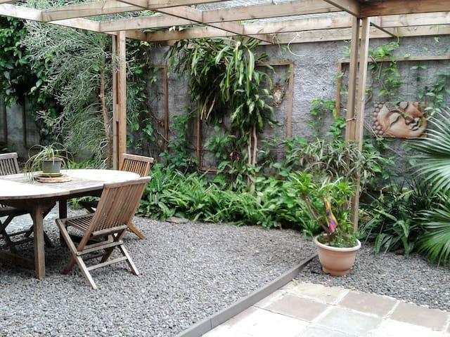 Chambre au calme dans petit appartement et jardin