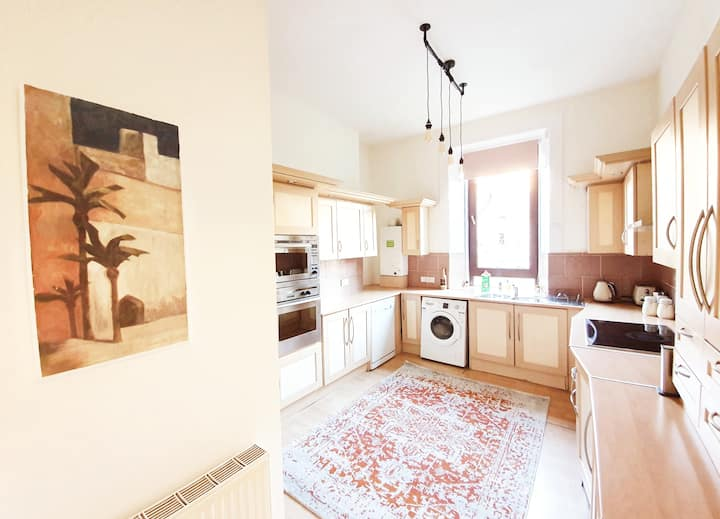 Spacious, High Ceiling Home in Glasgow - *Long Stay Discount*