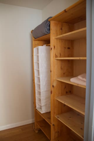 A spacious walk-in closet offers you enough storage space for bags, clothes and co.