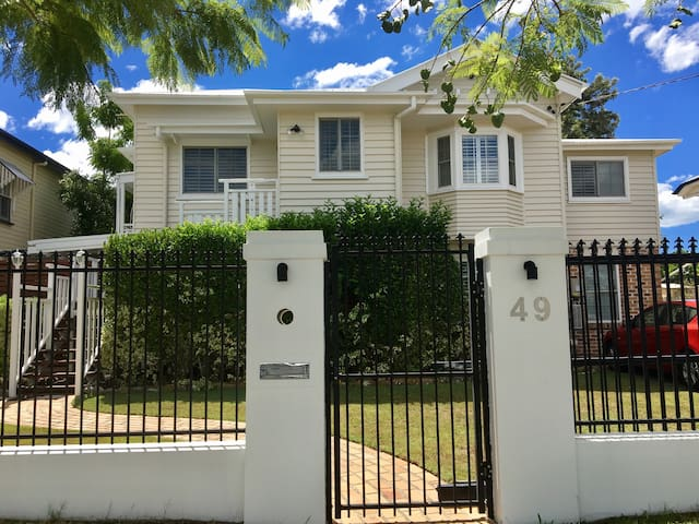 Self Contained  Flat with Wifi - Wooloowin - Apartament