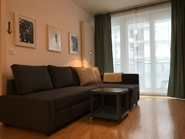 Central flat with balcony & free parking!