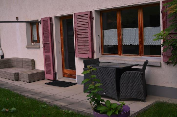 Lounge und Esstisch