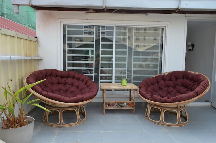 Bright bedroom w/ private bathroom and terrasse - Phnom Penh - Wohnung