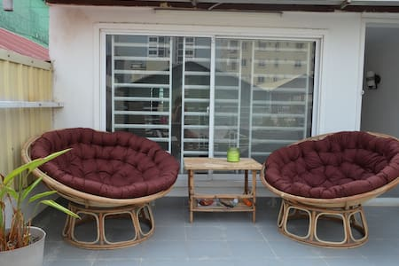 Bright bedroom w/ private bathroom and terrasse - Phnom Penh - 公寓