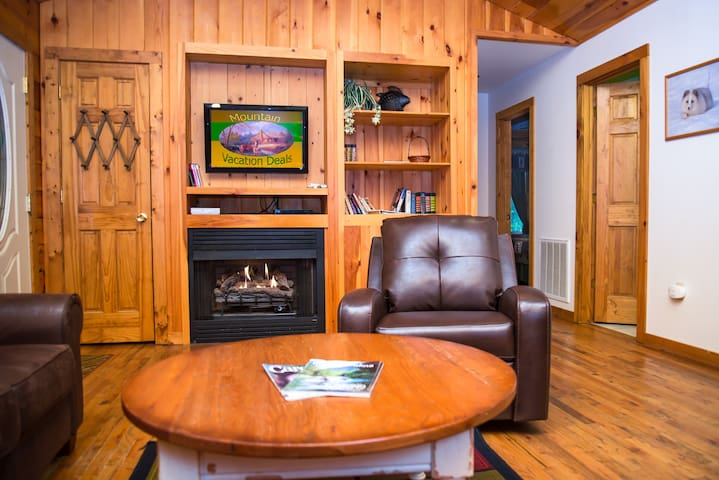 Fox Creek Waterside Cabin - Bryson City - Chalet