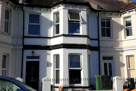 Double Room close to Sea Front town centre - Eastbourne