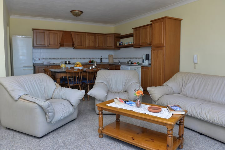 Spacious 3 Bedroom Apartment, Wi-Fi, A.C and Pool