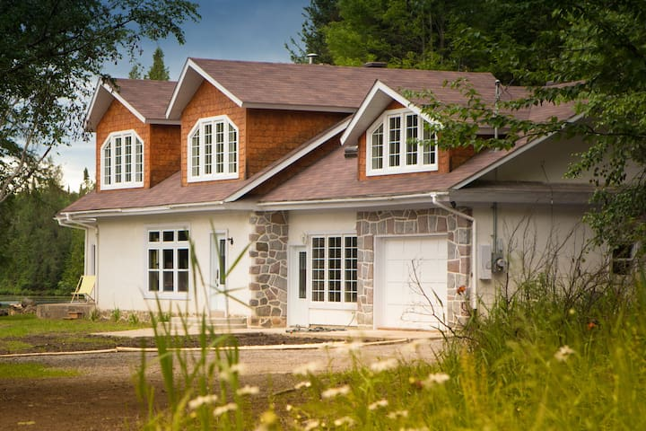 Lakefront cottage on private acreage