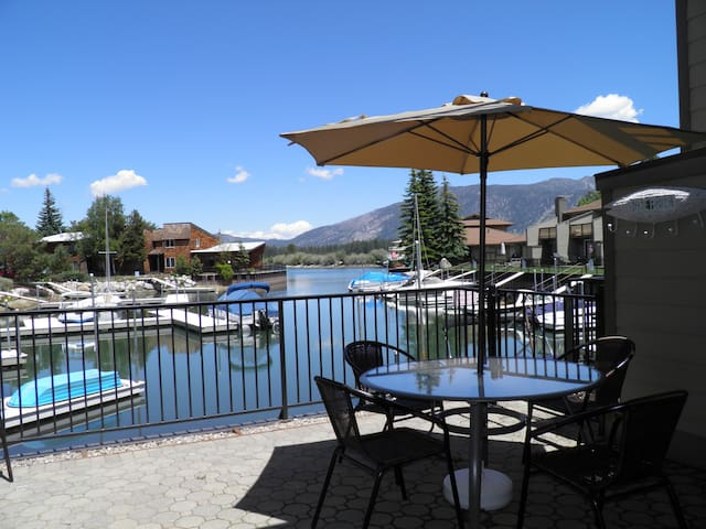 Watefront Condo with Boat Dock steps to Lake Tahoe - South Lake Tahoe - Huis