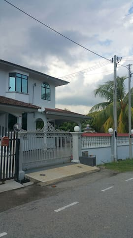 4R Entire House Convenient Location at Tangkak - Tangkak - Bungalow