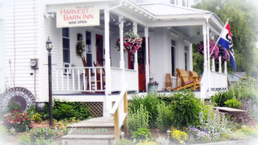 Halladay's Harvest Barn Inn