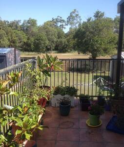 Peaceful clean single room backing onto Parkland - Bray Park - 一軒家