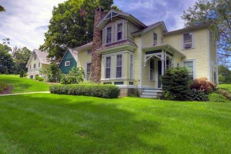 Stunning Mini Estate in Litchfield County - Roxbury - Ev