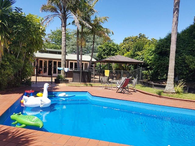 Luxurious Pool & Patio -  5 mins to train & shops
