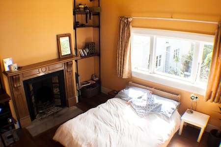 Large Sunny Room Close to the City - Hus