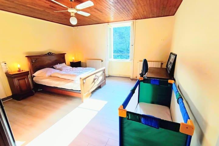 Photo chambre 3 avec lit en 140 cm, un bureau et lit bébé