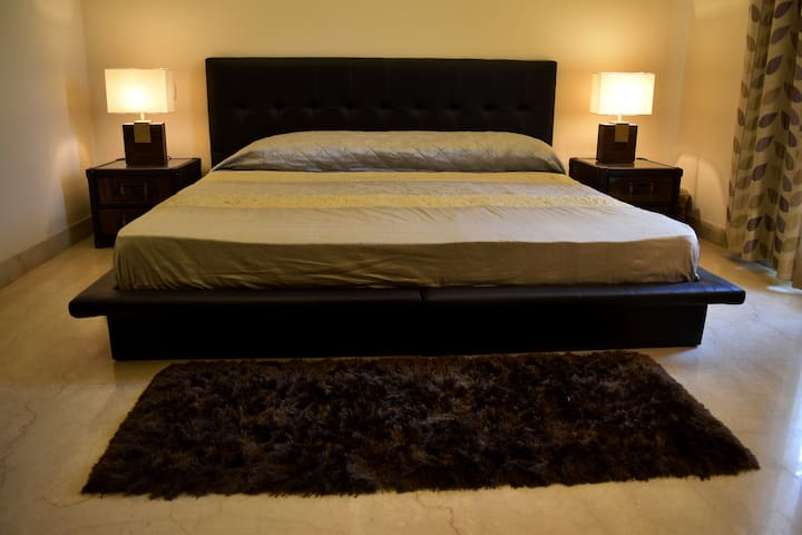 Charming room with private balcony ! - Gurgaon - House