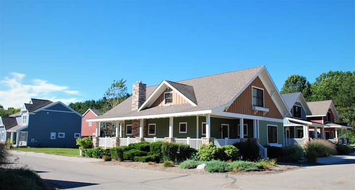 Meadow View- Spacious cottage with office loft, jacuzzi tub, seasonal pool access, & main level accessible master suite!