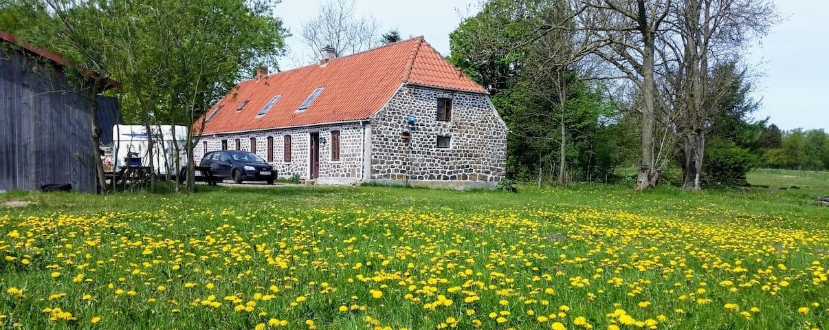 Idyllisk kampestensgård - Engbækgård