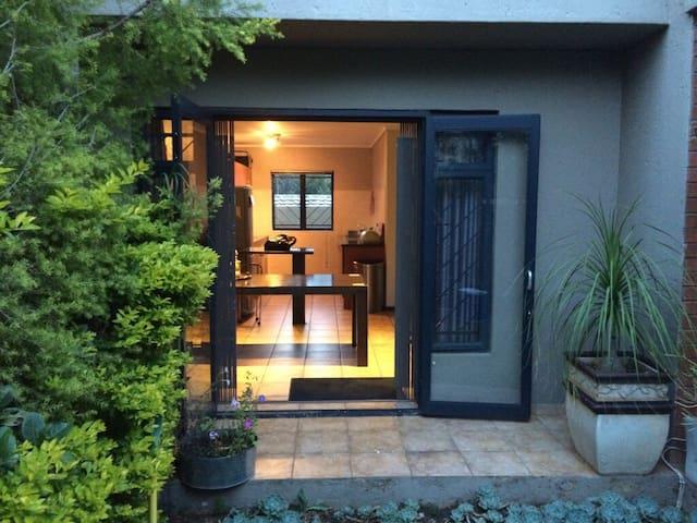 Spacious townhouse, lovely garden, for long term - Randburg - Casa a schiera