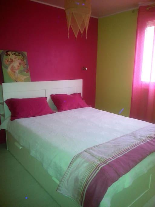 Chambre rose lit king size 160