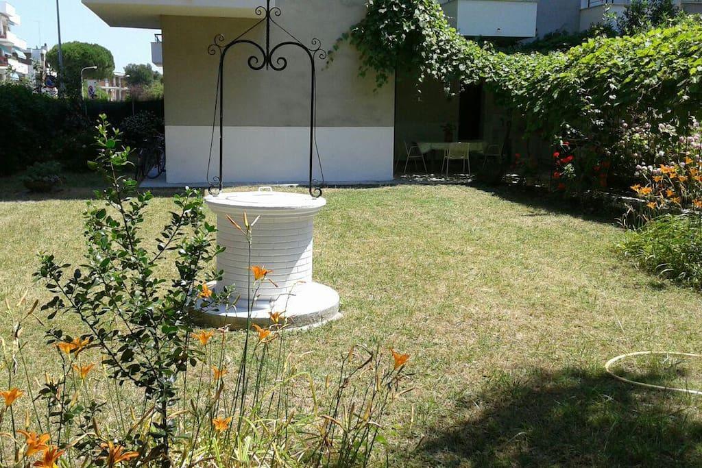 grande giardino con pozzo